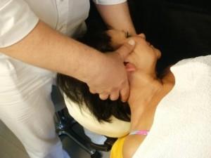 Bei dieser Patientin wird die Halswirbelsäule korrigiert