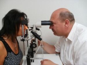 Patientin bei der Erstaufnahme, dazu gehört auch eine Iris- bzw. Augendiagnose